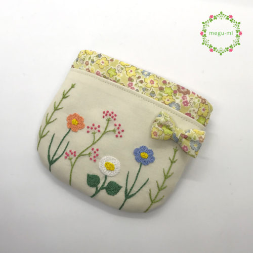 お花の刺繍の移動ポケット(ベージュ)