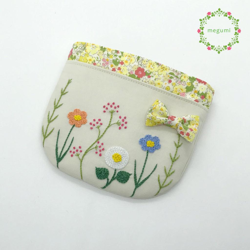お花の刺繍ふたなし移動ポケット(ベージュ)